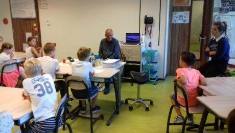 Collega Sjaak vertelt leerlingen over leven met een visuele handicap