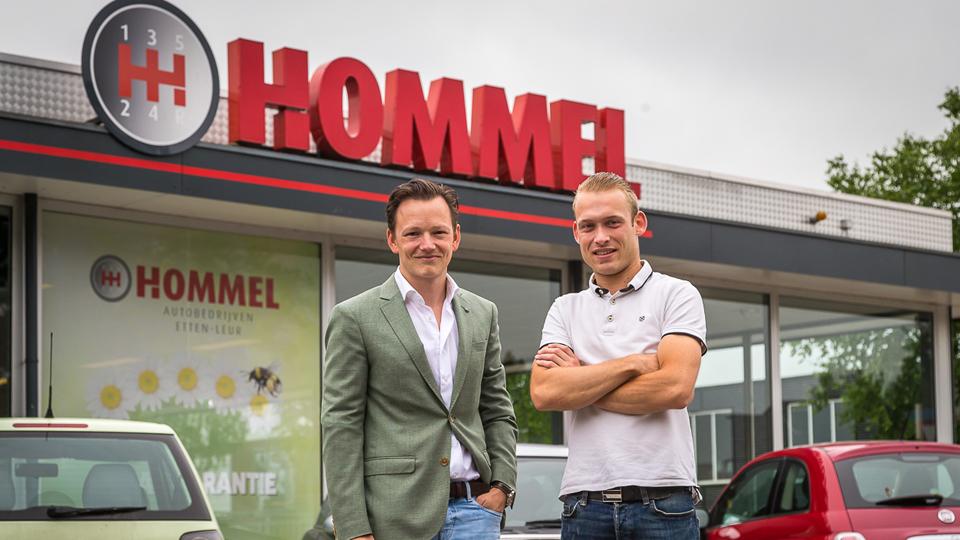 Bram Hommel en Kevin de Bruijn bij Hommel Autobedrijven