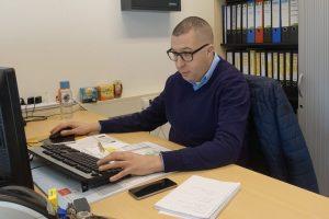 Mohamed aan het werk bij Gemeente Halderberge