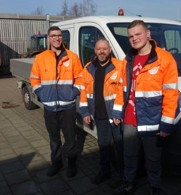 Jonah en Anthony werken onder begeleiding van Gert-Jan van Eekelen in de groenvoorziening.