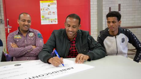 Zes deelnemers van de pilot Sociale Innovatie tekenden hun arbeidscontract